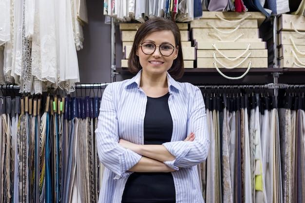 Vendedora feminina, designer de interiores no showroom
