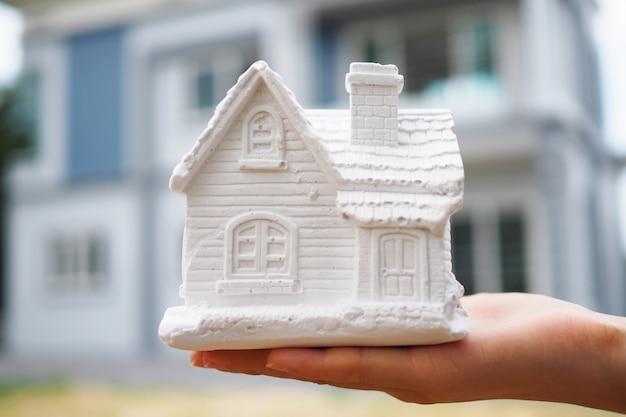 Vendedores de seguros têm modelos de casas.