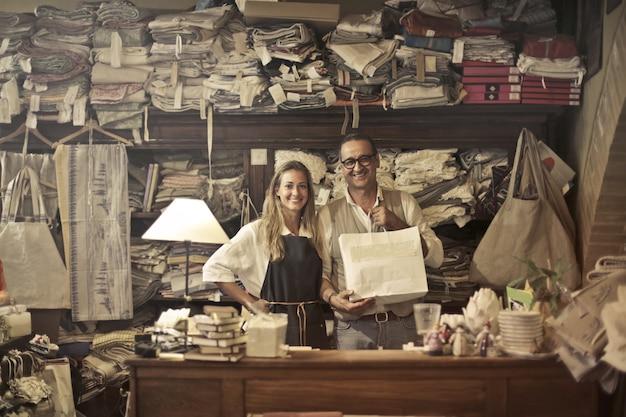 Vendedores em uma loja de tecidos