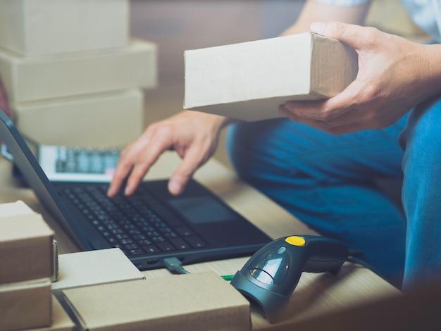 Vendedores on-line de negócios em casa