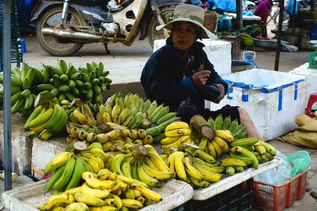 Vendendo bananas no mercado asiático