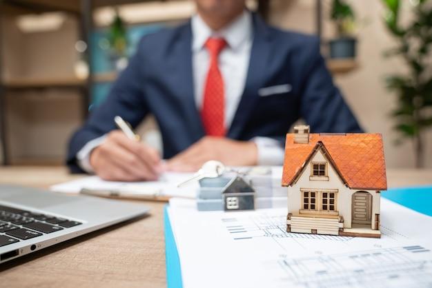 Vendendo ou alugando propriedades por dinheiro