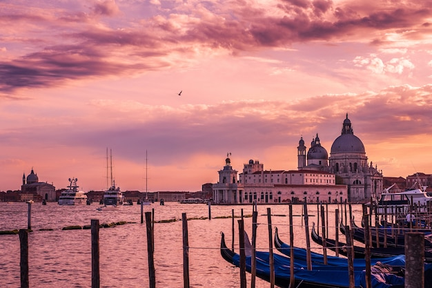 Veneza, igreja de santa maria della salute ao pôr do sol