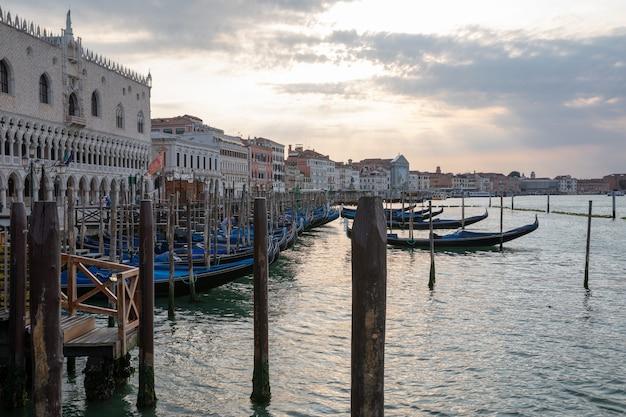 Veneza, itália - 1 de julho de 2018: vista panorâmica da cidade da costa laguna veneta de veneza com gôndolas. paisagem de manhã de verão e céu azul dramático
