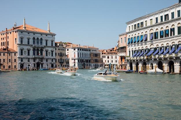 Veneza, itália - 1 de julho de 2018: vista panorâmica do grande canal (canal grande) com barcos de tráfego ativo. é um dos principais corredores de tráfego aquático da cidade de veneza. paisagem de dia ensolarado de verão e céu azul
