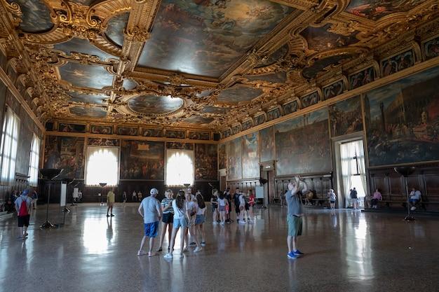 Veneza, itália - 30 de junho de 2018: vista panorâmica do interior do salão e das artes no palácio ducal (palazzo ducale) é um palácio construído em estilo gótico veneziano na praça de são marcos