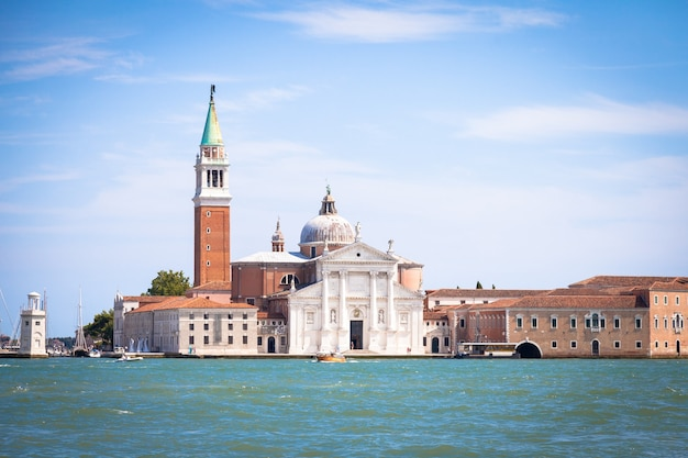 Veneza, itália. vista de riva degli schiavoni da ilha de san giorgio maggiore durante um dia ensolarado com céu azul