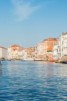 Veneza multicolorida sobre a água do canal, itália