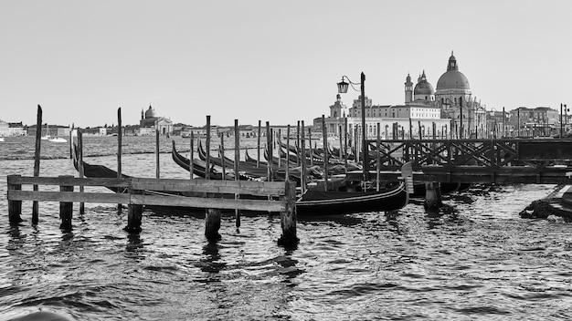 Veneza na itália. vista panorâmica veneziana em preto e branco com gôndolas atracadas