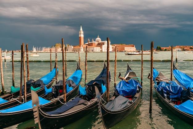 Veneza, paisagem urbana com gôndolas