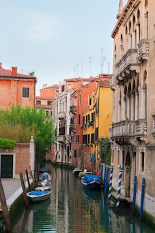 Veneza tradicional abriga sobre a água de um pequeno canal na cidade velha, itália