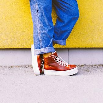 Venha para o outono. tênis vermelhos elegantes. moda urbana