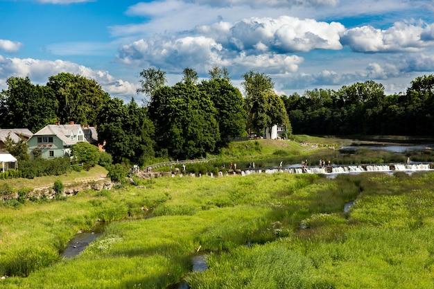 """Venta rapid ou ventas rumba é uma cachoeira no rio venta em kuldã """"â« ga, letônia. a maior cachoeira da europa"""