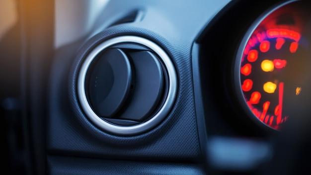 Ventilador de ar condicionado em um carro moderno com luzes no painel