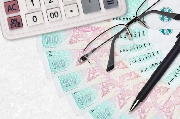 Ventilador de contas da coroa tcheca e calculadora com óculos e caneta