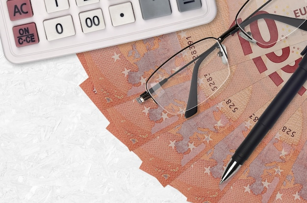 Ventilador de notas de 10 euros e calculadora com óculos e caneta