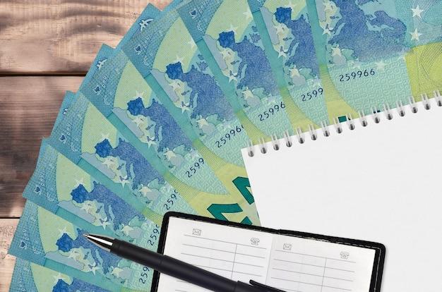 Ventilador de notas de 20 euros e bloco de notas com livro de contatos e caneta preta
