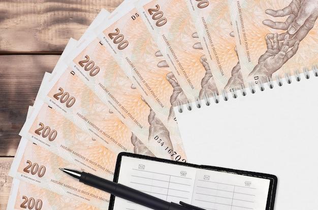 Ventilador de notas de 200 korun checas e bloco de notas com livro de contato e caneta preta