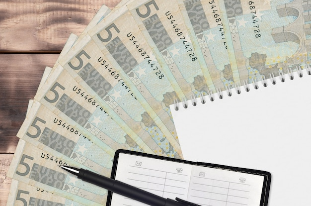 Ventilador de notas de 5 euros e bloco de notas com livro de contatos e caneta preta
