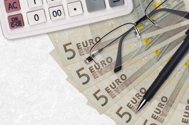 Ventilador de notas de 5 euros e calculadora com óculos e caneta