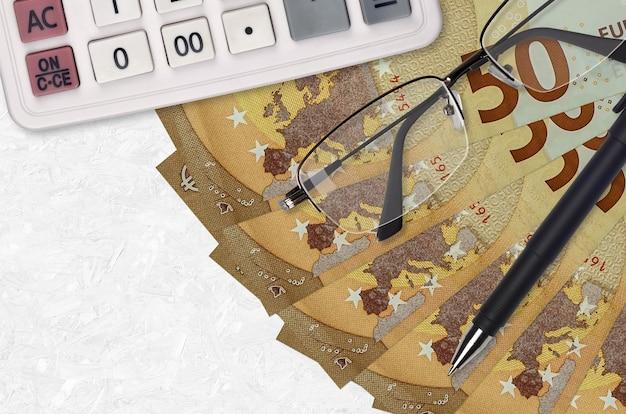 Ventilador de notas de 50 euros e calculadora com óculos e caneta