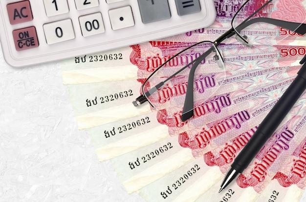 Ventilador de notas de 500 riels cambojanos e calculadora com óculos e caneta