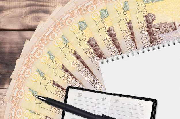 Ventilador de notas de hryvnias ucraniano e bloco de notas com livro de contatos e caneta preta