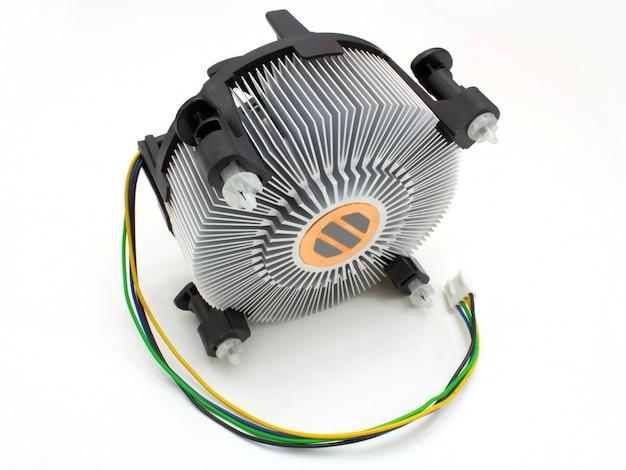 Ventilador em fundo branco. o ventilador do processador com um fio para comida