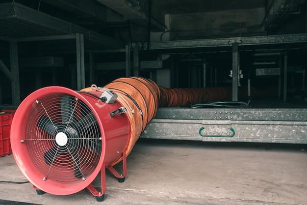 Ventilador vermelho e flexível