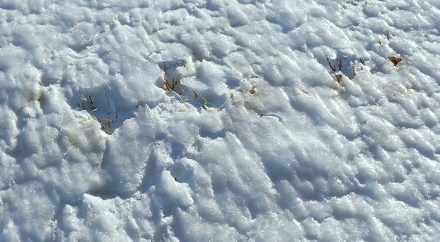 Vento forma textura de gelo na superfície de neve de montanha de inverno