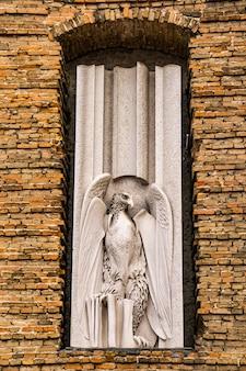 Ver a águia, símbolo de joão evangelista, na fachada da abadia de santa justina em pádua, itália.