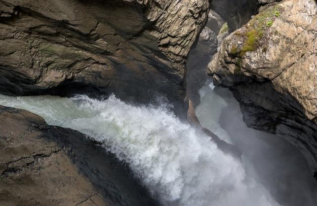 Ver a cachoeira trummelbach cair nas montanhas, vale das cachoeiras na cidade de lauterbrunnen, suíça, europa. paisagem de verão, clima ensolarado e dia ensolarado