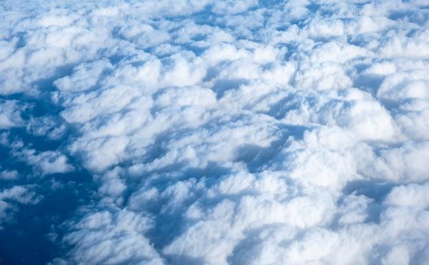 Ver acima nuvem branca fofa