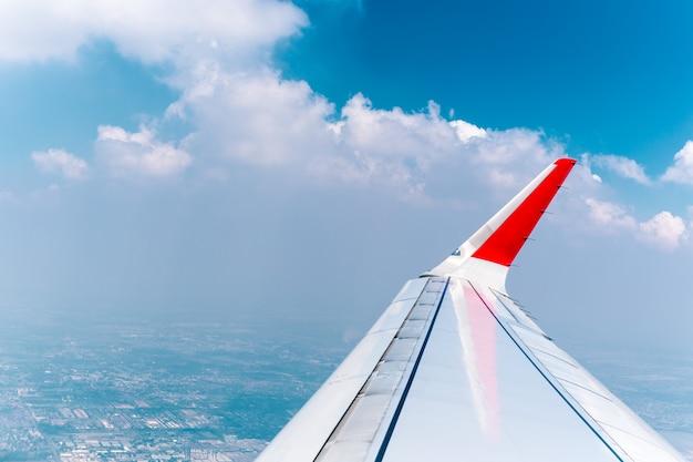 Ver através da janela do avião com a nuvem e o céu.