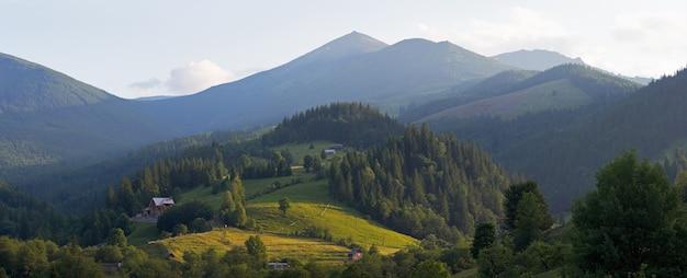 Ver na aldeia de montanha de verão de manhã. imagem de costura de cinco tiros.