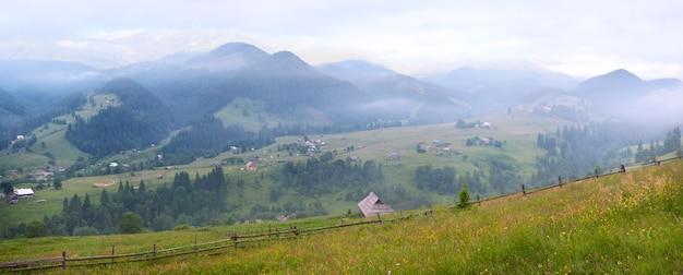 Ver na aldeia de montanha de verão de manhã. seis tiros costuram a imagem.