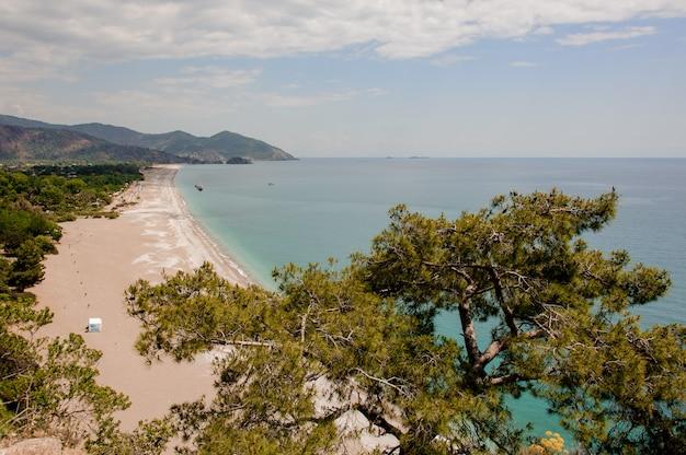 Ver na praia com uma paisagem de montanha