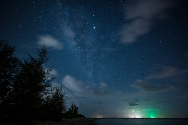 Ver o espaço do universo tiro da via láctea com estrelas no céu noturno