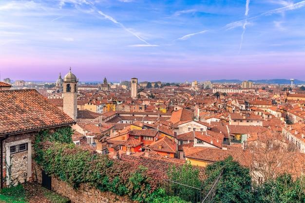 Ver o pôr do sol nos telhados da cidade velha de brescia, na itália