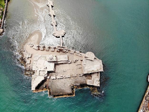 Ver os de cima no líbano. castelo na água na cidade de sidon