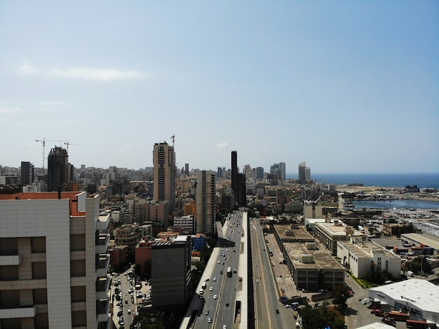 Ver os de cima no líbano. país da ásia ocidental e oriente médio, que também é chamado de república libanesa. foto aérea criada por drone. beirute - capital grande e bonita.