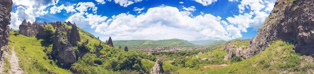 Ver os penhascos da montanha e o magnífico céu nublado no fundo. explorando a armênia