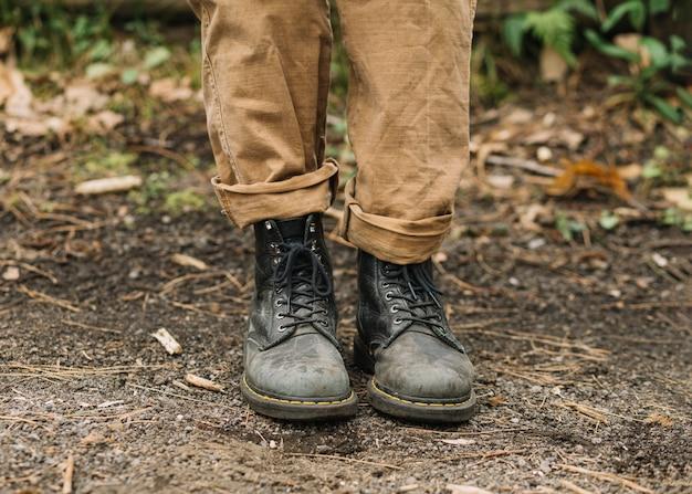 Ver os sapatos do homem na natureza