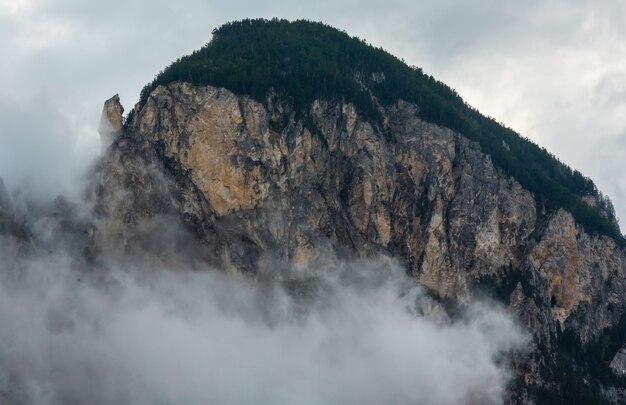 Verão alpes montanha rocha nublado vista nublada, suíça.