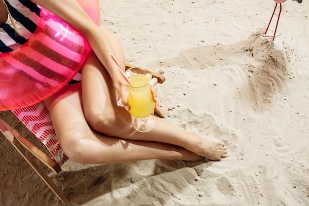 Verão apreciando o silêncio na praia enquanto bebe um cocktail fresco e frio.