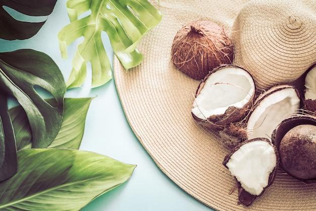 Verão colorido com cocos e chapéu de praia