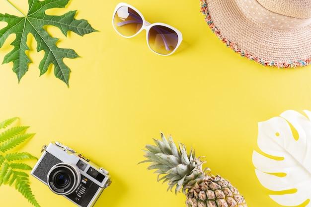 Verão colorido e conceito de férias em papel amarelo