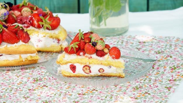 Verão de bolo de biscoito com creme e frutas