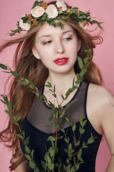 Verão de garota olhar roupas bonitas. coroa de flores
