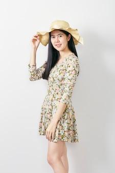 Verão de mulher asiática de retrato com chapéu